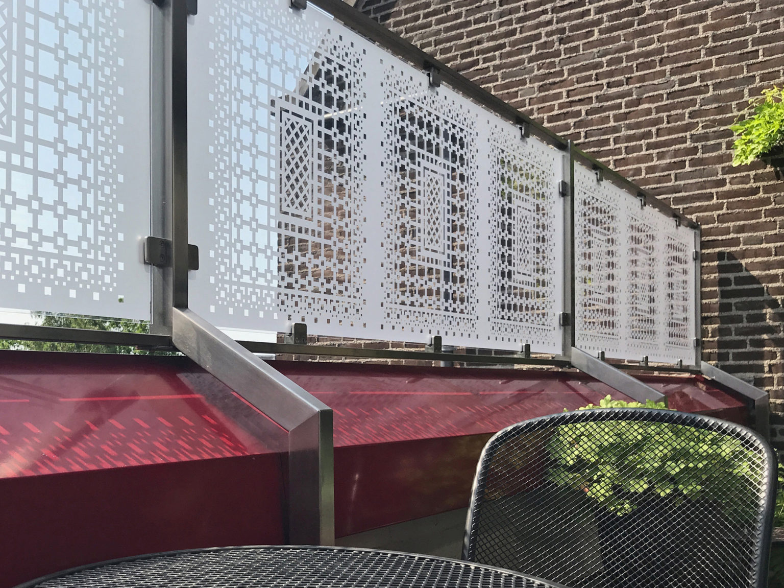 Raamfolie patroon op balkonscherm