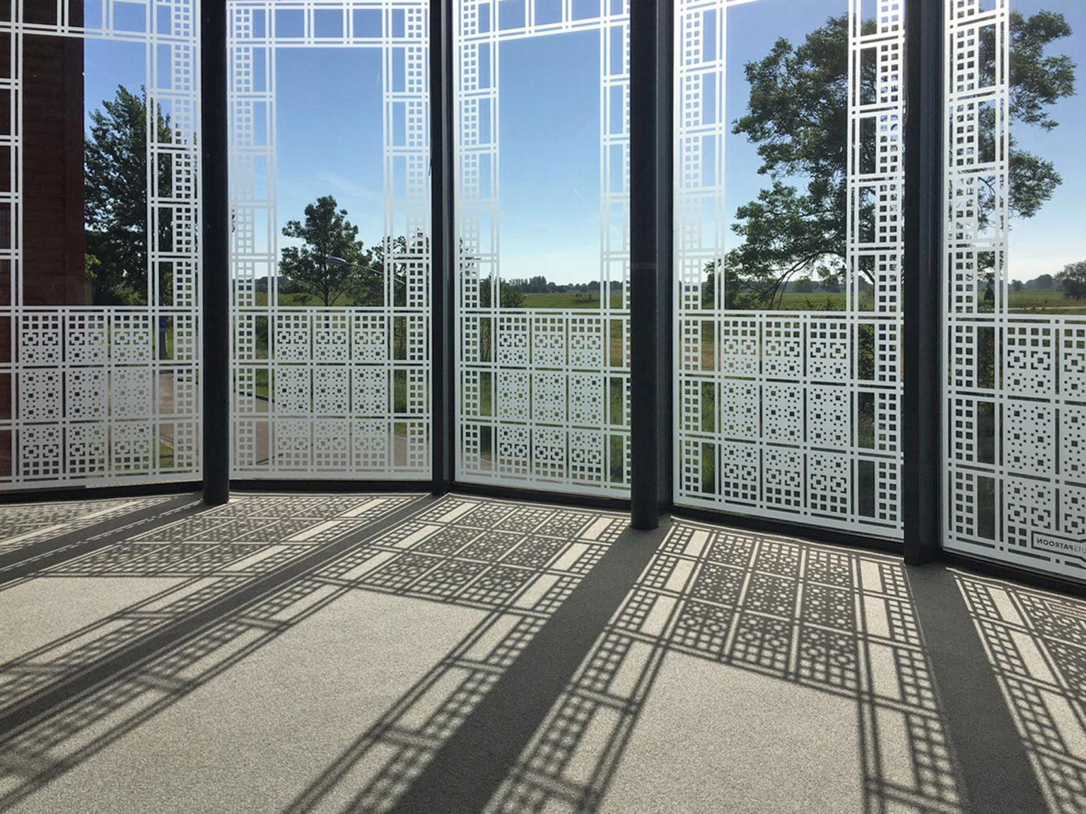 Bedrijfsruimte met raamfolie patronen van binnenuit gezien