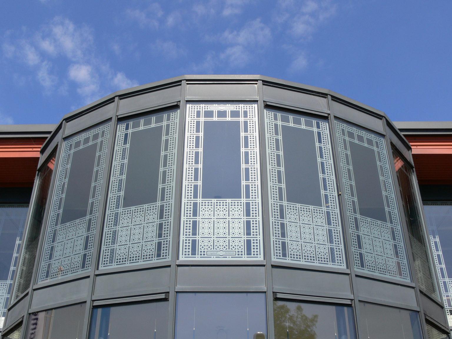 Bedrijfsruimte met raamfolie patronen van buiten gezien