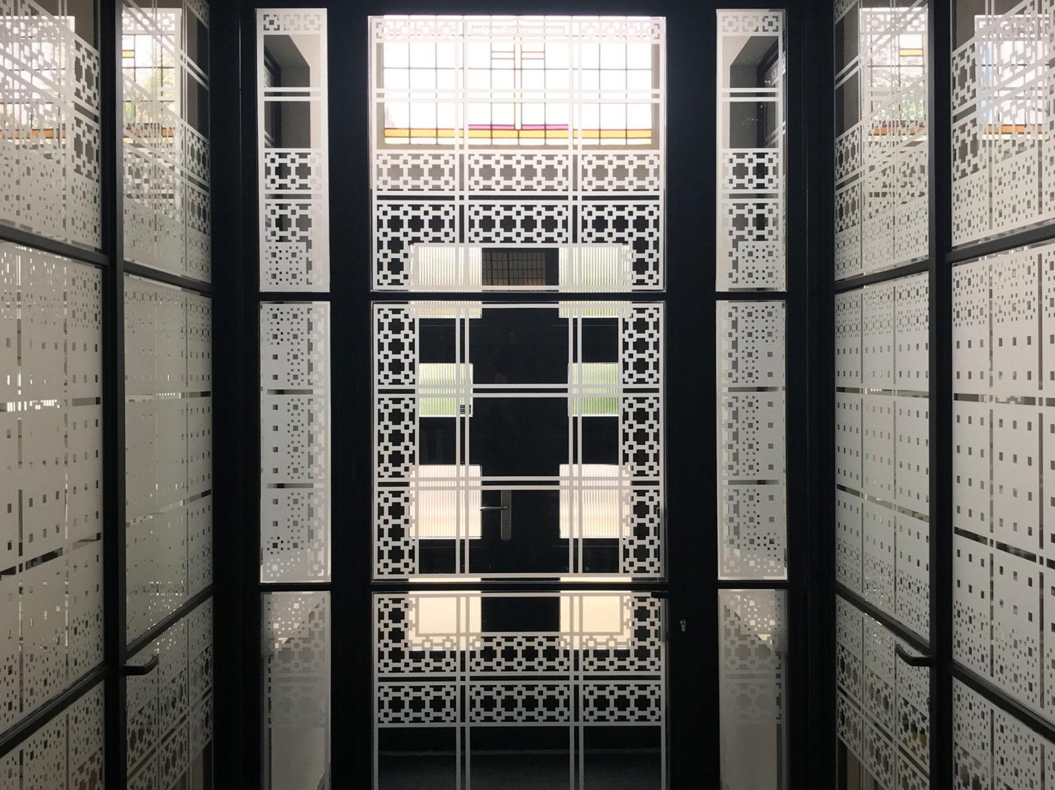Zicht op entree kantoorvilla met raamfolie patroon
