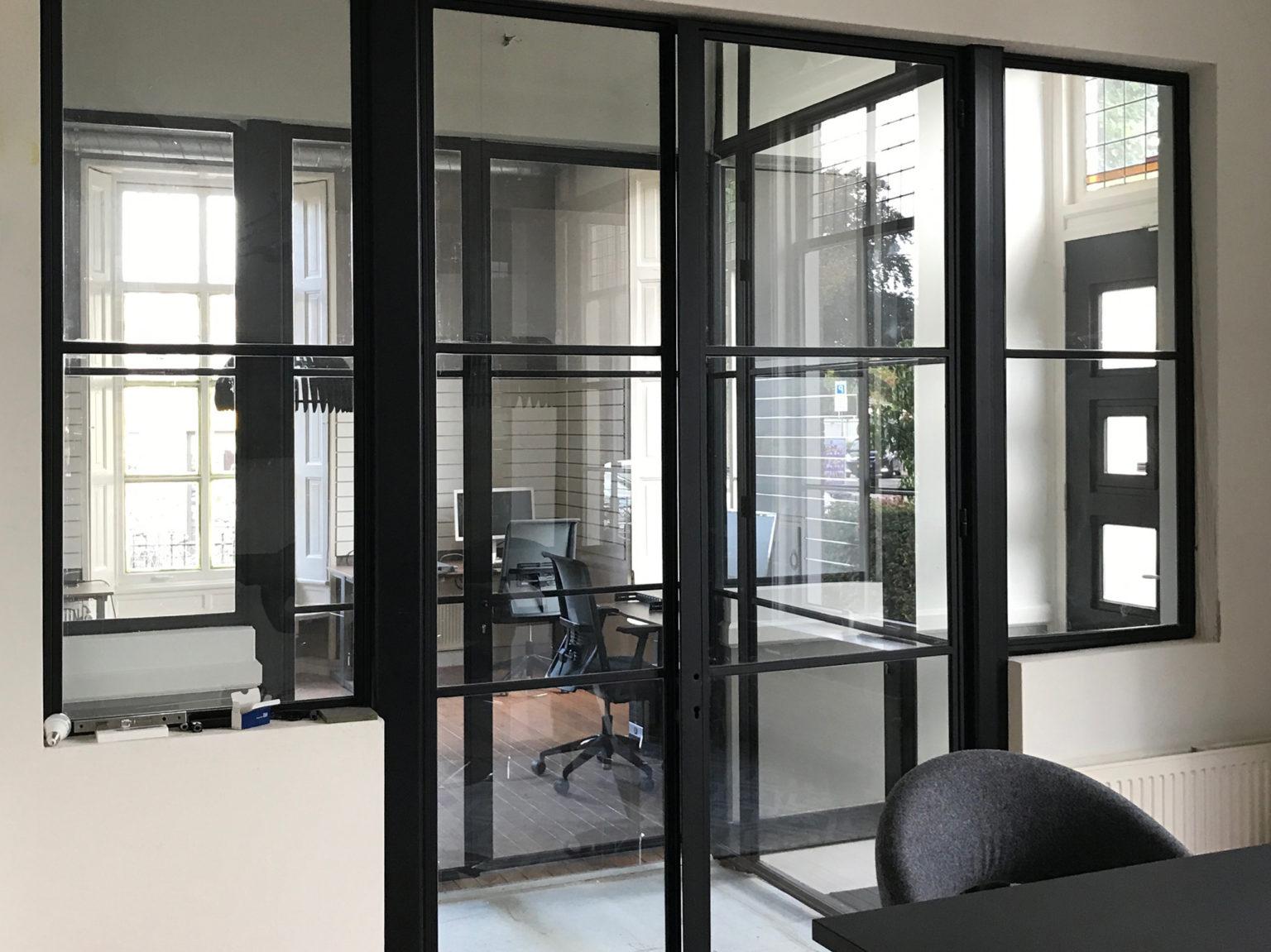 Zicht vanuit kantoor op entree kantoorvilla zonder raamfolie