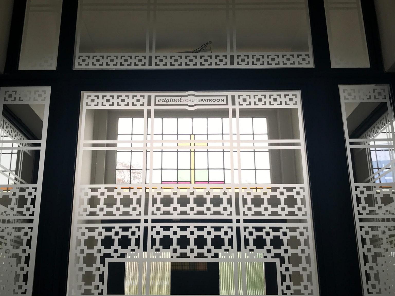 Detail van raamfolie patroon kantoorvilla