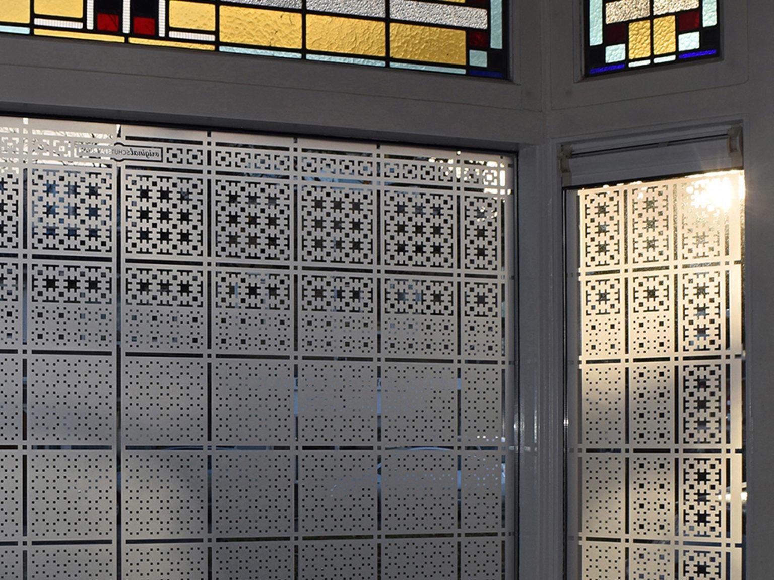 raamfolie patroon/Schutspatroon op keukenraam van binnenuit gezien 2
