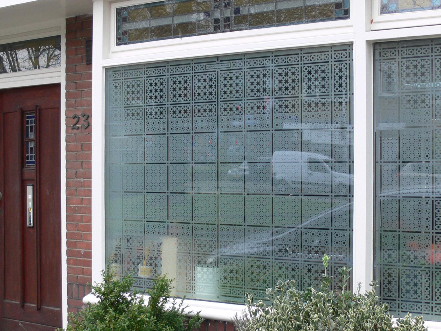 raamfolie patroon/Schutspatroon op keukenraam van buiten gezien