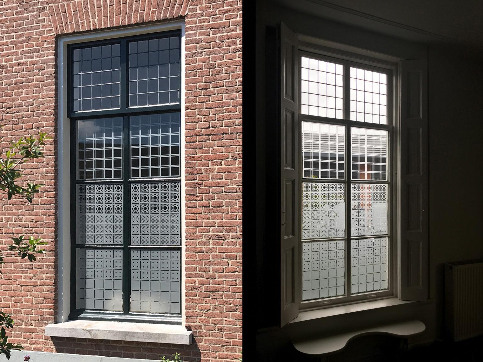 Raamfolie patronen in kantoor van binnen en van buiten gezien.