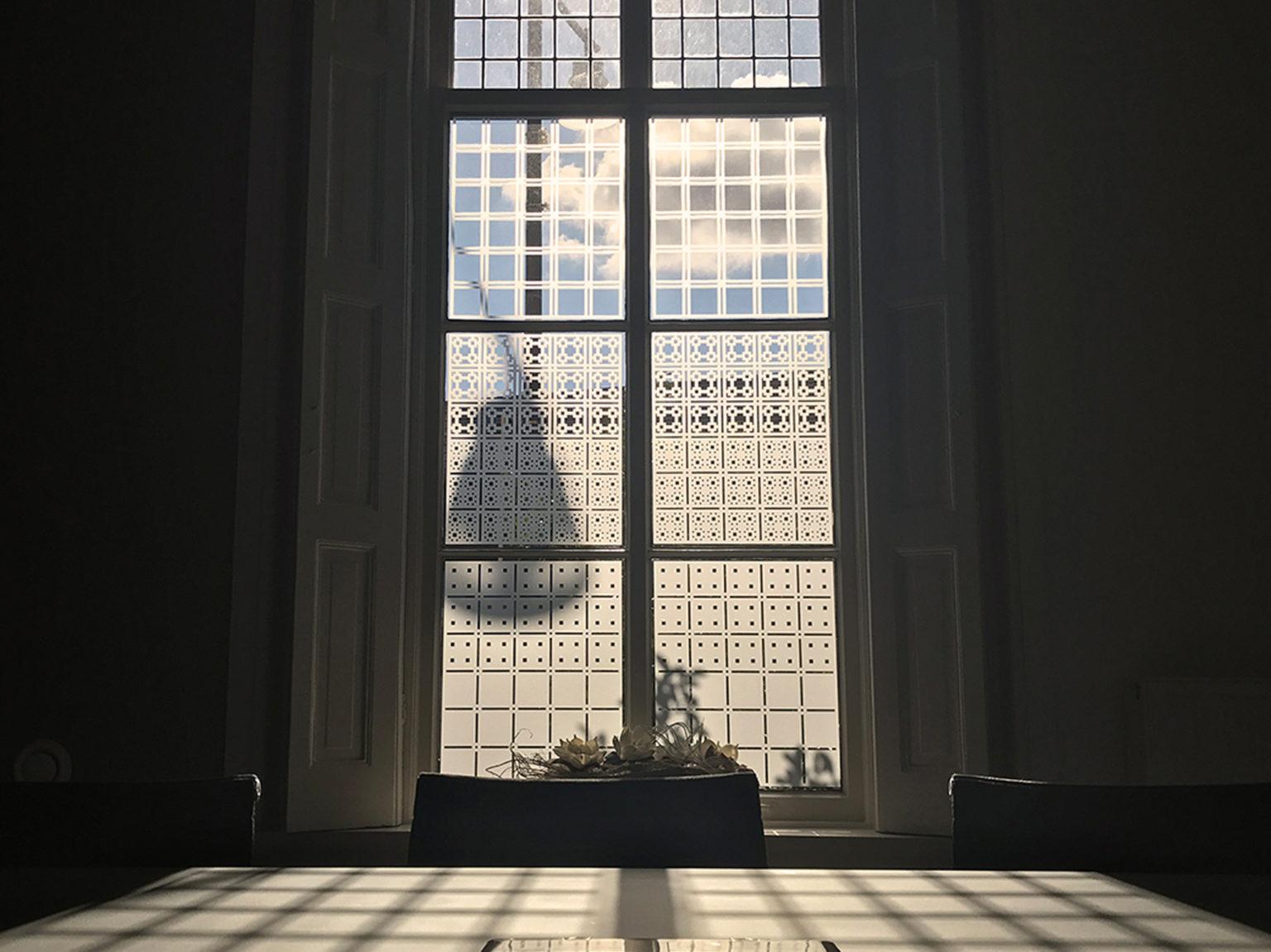 Raamfolie patroon in spreekkamer kantoorvilla