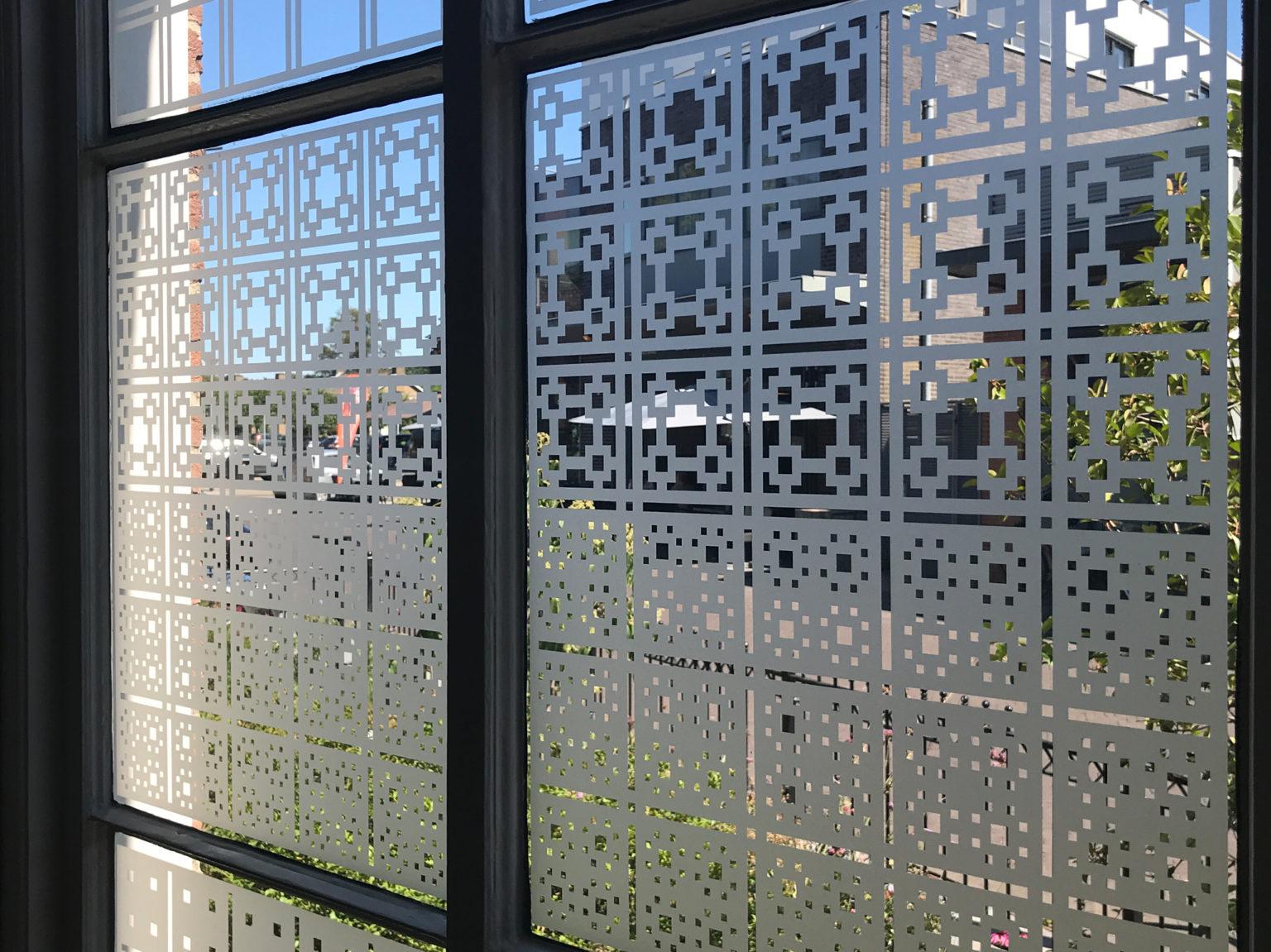 Close up van raamfolie patronen in kantoor van binnen gezien.
