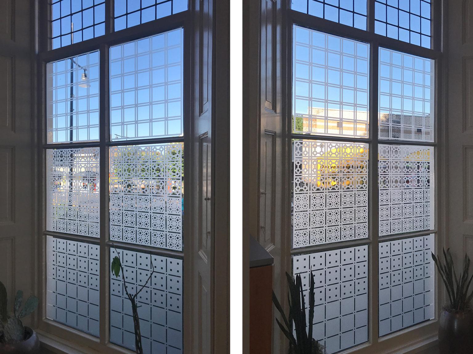 Raamfolie patronen in kantoor van binnen gezien.