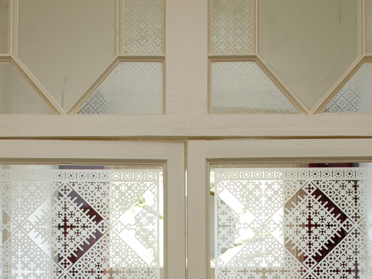 close up van raamfolie patroon/schuspatroon op vestibuledeuren