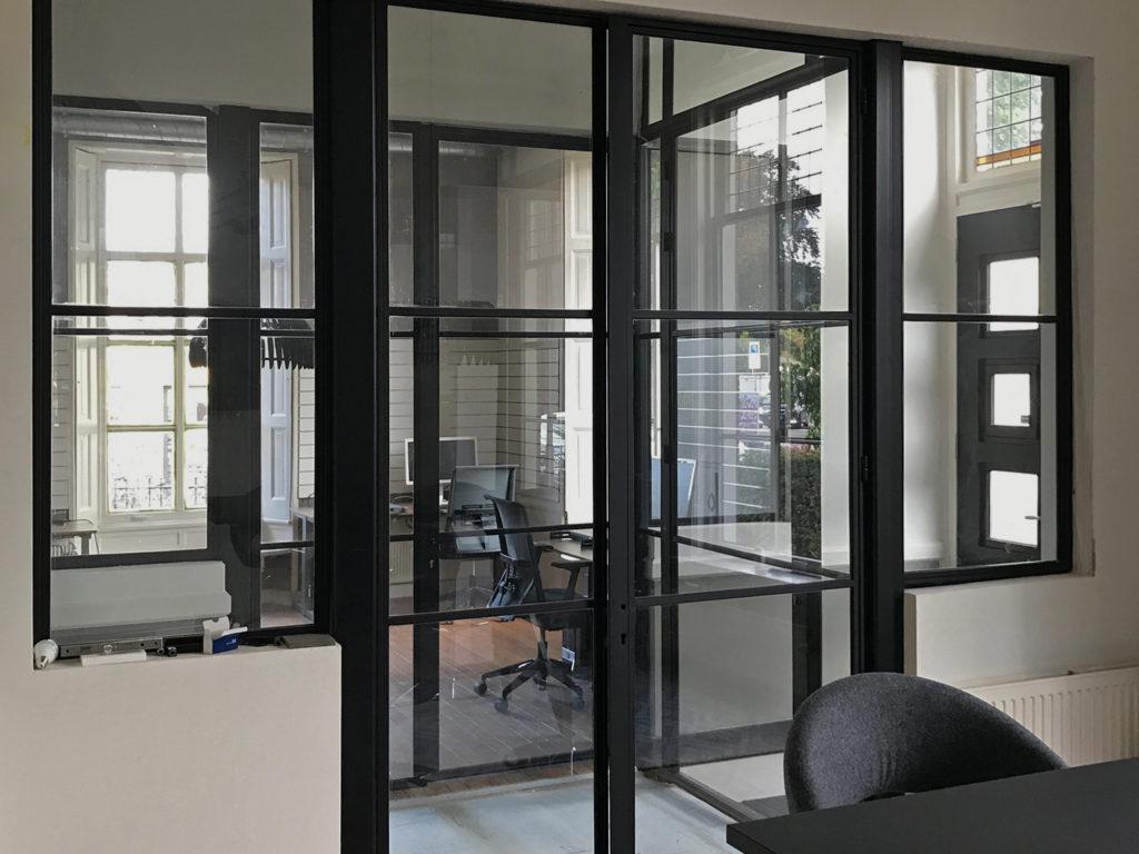 Kantoorruimte zonder raamfolie