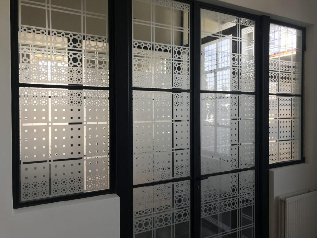 raamfolie patronen in kantoorruimte