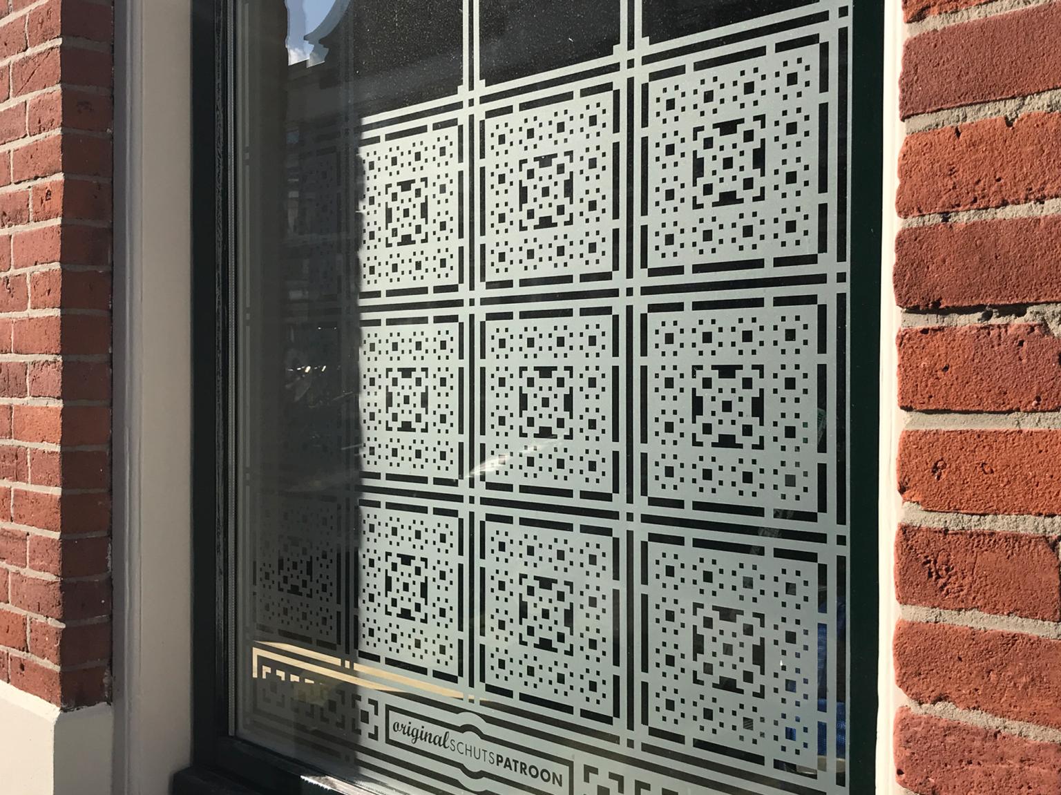 Detail van op maat ontworpen raamfolie patroon / schutspatroon voor woonkamer van buiten gezien