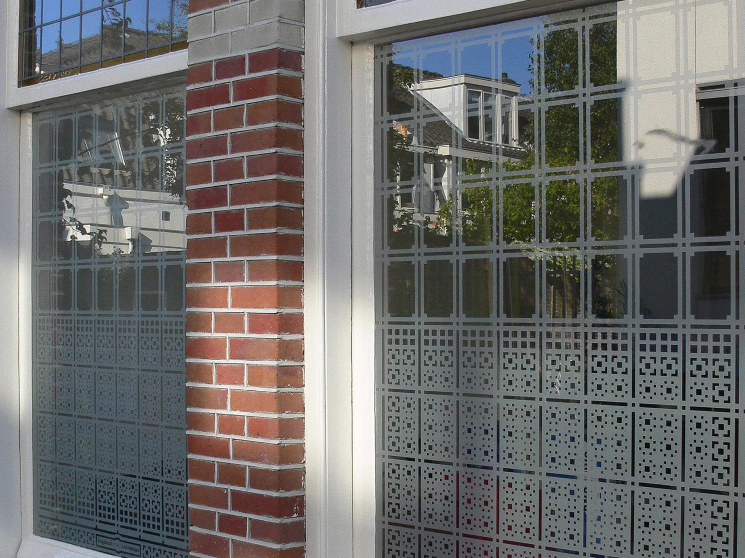 Close up van op maat ontworpen raamfolie patroon / schutspatroon voor woonkamer van buiten gezien